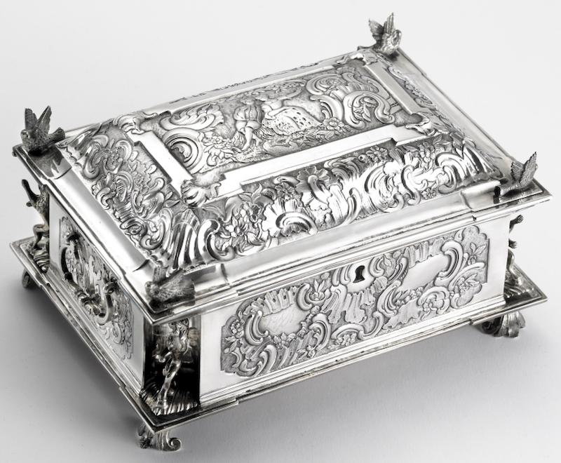 Fjellsiden - bilde av et sølvskrin fra Bolette Møller, utstilt hos KODE