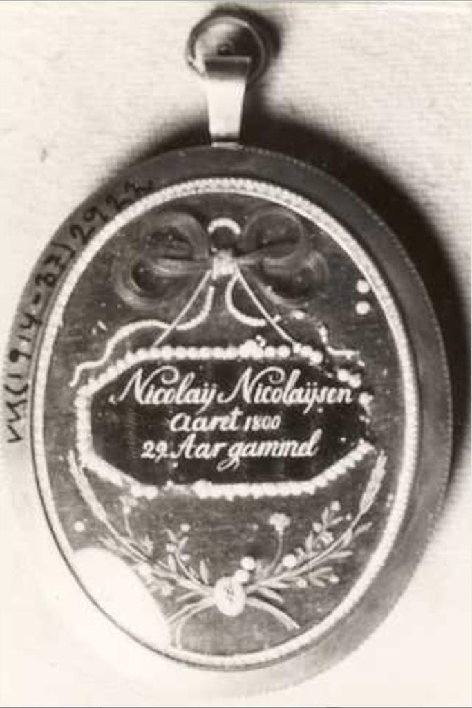 Fjellsiden - Baksiden av anheng med bilde av Nicolay Nicolaysen 29 år