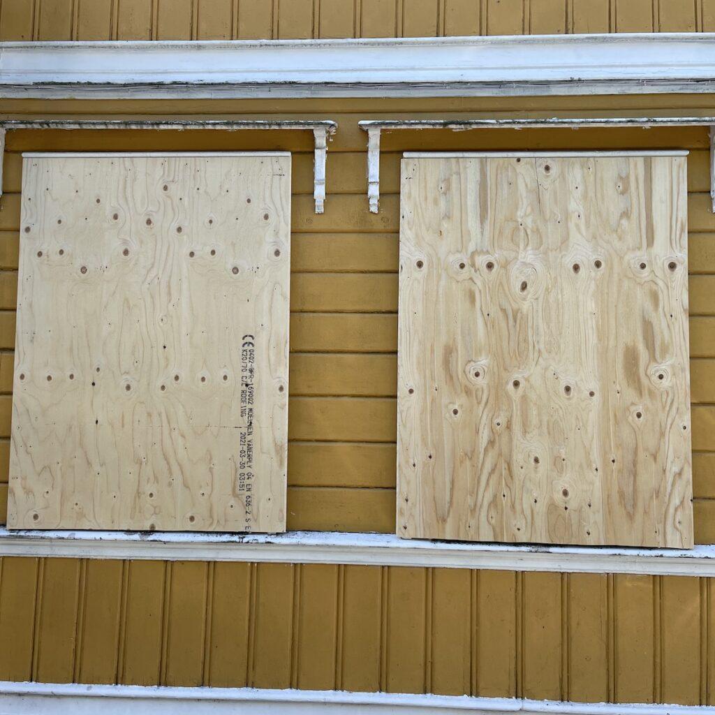 Fjellsiden - bilde av vinduer som er platet for